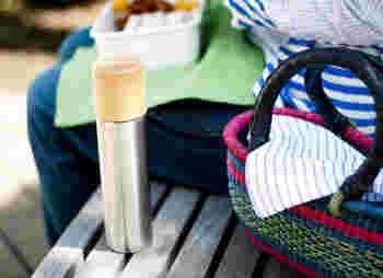 飲み物を買うたびに、ペットボトルや紙コップのごみが増えていませんか?マイ〇〇を持ち歩けば、そんな事態を避けることができます。ずっと持ち歩くものなので、素材や作り手にはこだわってアイテムを選んでくださいね。例えばこちらの水筒は二重構造のステンレス製のボトルと、木製のコップを組み合わせたもの。コップは石川県の職人の手により、ろくろ挽物技術で作られ、熱い飲み物を入れても熱くなりすぎず、冷たい飲み物もぬるくなりにくくなっています。