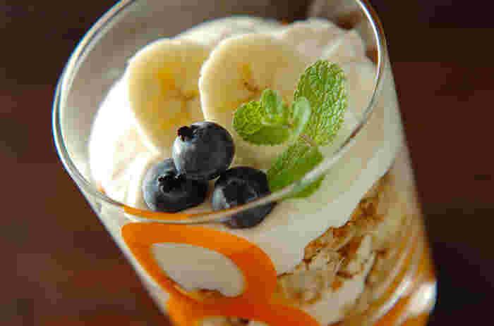 グラノーラと豆乳ヨーグルトを何層も重ねて、フルーツを飾れば、満足感たっぷりの美容パフェの出来上がり♪