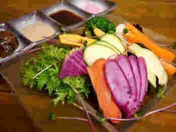 「ぜひ一度生で食べて欲しい」とおっしゃるのがこちらの綺麗な野菜盛り、その名も「大和野菜の刺身」。普段あまり見かけない珍しいお野菜も、素材本来の旨味を引き出す4つのタレやお塩で美味しくいただけます。