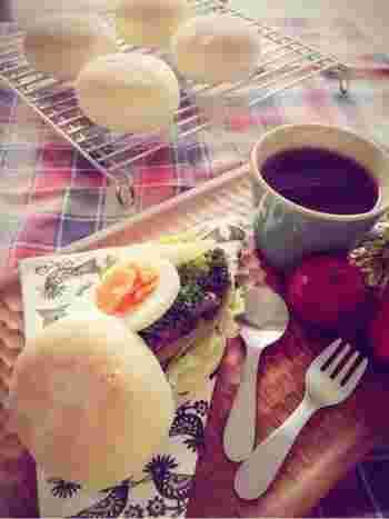 甘辛いしぐれ煮をプレーンなイングリッシュマフィンでサンド。あとは冷蔵庫にある野菜やタマゴをお好みで挟んで召し上がれ。