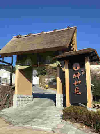 能楽堂や茅葺の茶室を有し、日本の伝統色豊かな温泉宿。食事には大分の旬の素材がふんだんに使われ、目の前で焼き上がる豊後牛の鉄板焼きも絶品です。