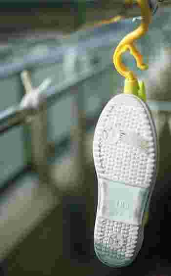 キャンバススニーカーの全体的な汚れを落とすには、やっぱり水洗いが一番です。 汚れが軽微な時は、中性洗剤を使用し、かなり汚れている場合は漂白剤などを使用してしっかりと汚れを落としましょう。