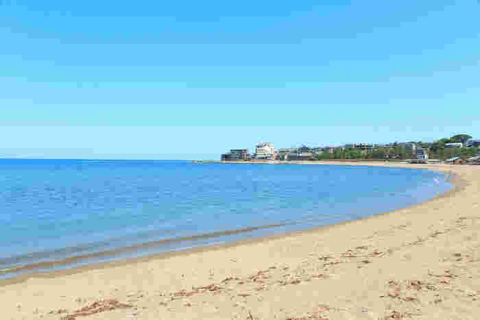 夏に遊びに行くなら、東尋坊から程近い場所にある【三国サンセットビーチ】で海水浴を楽しむというプランもあり♪遠浅の美しいビーチはリゾート感たっぷり。小さいお子さんでも安心して遊べますよ。