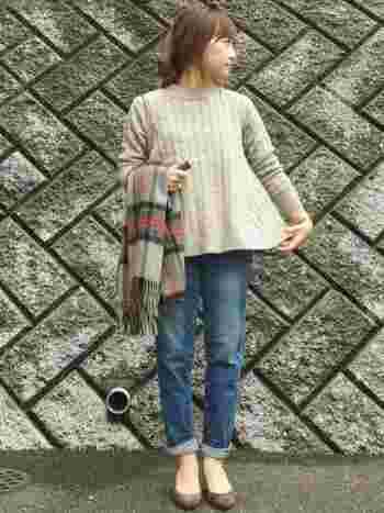 ざっくりとしたニットに、洗いざらしのシンプルなデニムがお似合い。 裾の折り返しが足を長く見せてくれます。