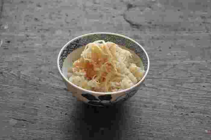 新生姜をたっぷり使った、夏の訪れを感じさせるような爽やかな炊き込みご飯です。作り方はいたって簡単!材料を入れたら、あとは炊飯器や鍋におまかせ。新生姜をできるだけ細く千切りすることがポイントです。ちょうど暑くなる時期に新生姜のいい香りが食欲をかき立ててくれるので、食欲がわかないときにもおすすめ。