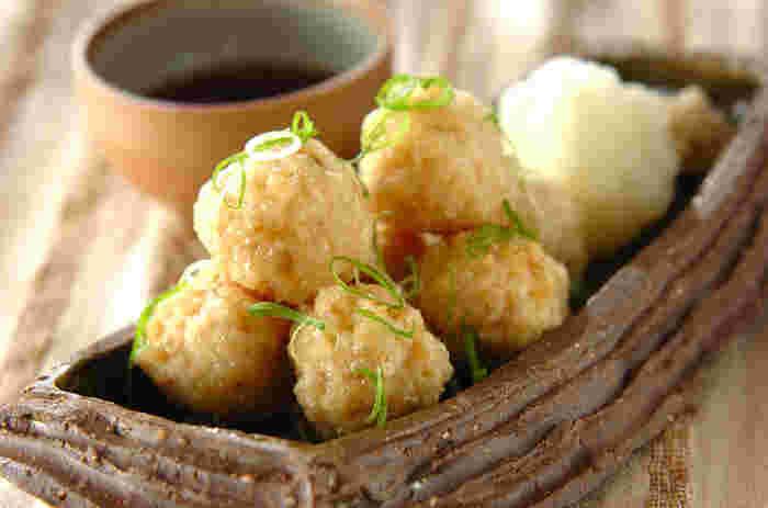 玄米を丸めて団子状にし、カラッと揚げてつくる玄米団子。サクッとした衣と、玄米のもちもち触感がよく合います。大根おろしとショウガ、めんつゆで頂くので揚げていてもこってりしすぎません。
