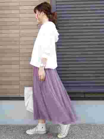 スモークピンクのカラーが印象的な、チュール素材のロングスカート。白のフーディーやスニーカーと合わせて、ガーリーアイテムを上手にカジュアルダウンしています。白の面積が多いので、春らしい爽やかさも◎