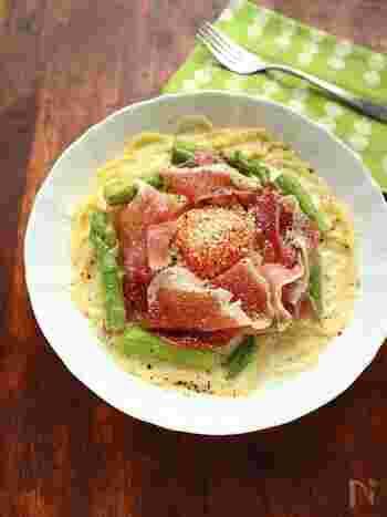 旬のアスパラと生ハムを大胆にトッピングしたクリームパスタは、牛乳と粉チーズでクリーミーに仕上げています。生ハムの塩気とミルクスープがよく合います。仕上げに卵黄を乗せたら、パスタに絡めながら召し上がれ♪