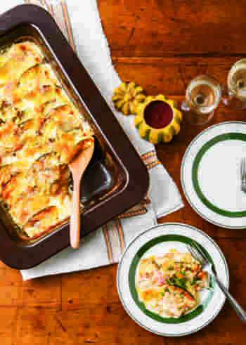 オーブンで作るドフィノア。ドフィノアとは、ドフィネ風じゃがいものグラタンという意味。フランス南東部ドフィネ地方の郷土料理です。  炒めたりなどの手間がなく、レンチンしたカボチャとジャガイモをならべ、生クリームを注いでオーブンで焼きます。ハムやアンチョビが、旨味を出しつつもカボチャの甘みを引き立ててくれそうですね!