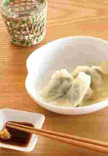 ラー油の代わりに練り辛子を入れた餃子のタレです。練り辛子は食べる直前に入れると風味が際立ちます。