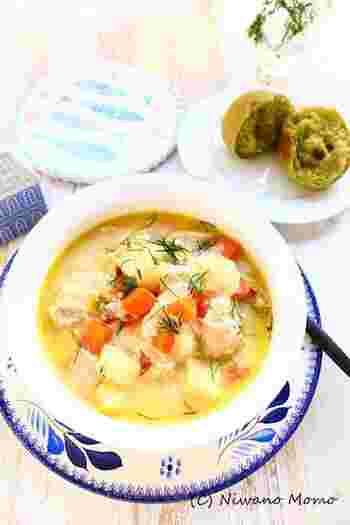 いつも冷蔵庫にあるような一般的な具材を使った、あったかスープ。ディルがなければごく普通のスープですが、ディルを加えるだけで香りが増し、心安らぐ北欧風に様変わり。