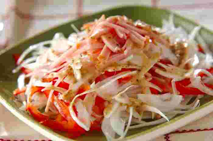 新玉ねぎ、パプリカ、ハムで作るサラダ。新玉ねぎの甘みが感じられて、たくさん食べられます♪ドレッシングはお好みのものでどうぞ◎