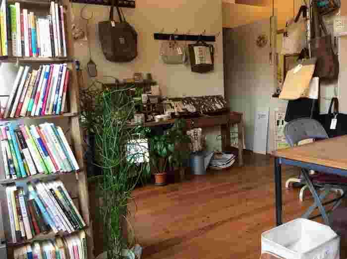 雑貨やアクセサリー、食器など見ているだけでわくわくますね。先ほどご紹介した作家さんの焼きものなども購入できるので、お気に入りを見つけてみませんか?