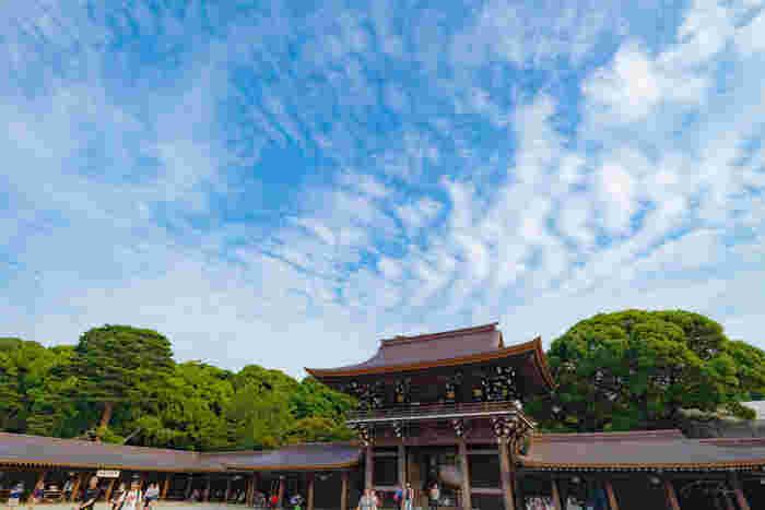 境内も広々として、都会にいながらにして空の広がりを感じられます。明治神宮は、日の出とともに開門し日の入りと共に閉門するので、早めに訪れるようにしましょう。