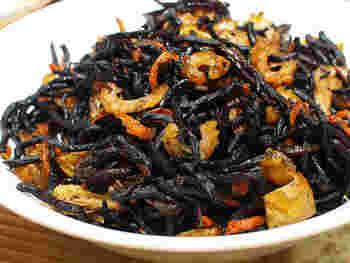 海藻の一種である【ひじき】。低カロリーでミネラル、食物繊維がたっぷり。積極的に食べたい食材です。甘辛い煮物が定番ですが、ほかにもいろいろな料理に使えます。