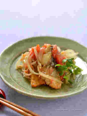 塩鯖の干物で作る、下味不要で、フライパン一つで作れる南蛮漬け。トマトを使うことで見た目も味もさらにアップするので、おつまみやおかずだけでなく、おもてなしにも使えそう。