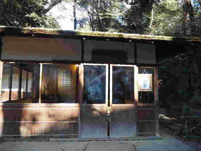実はこの夢庵、明治時代に横浜で貿易業を営んでいた田中平八が建てた茶室を、八芳園内に移築したものなんです。当時の趣が残る、歴史ある茶室です。