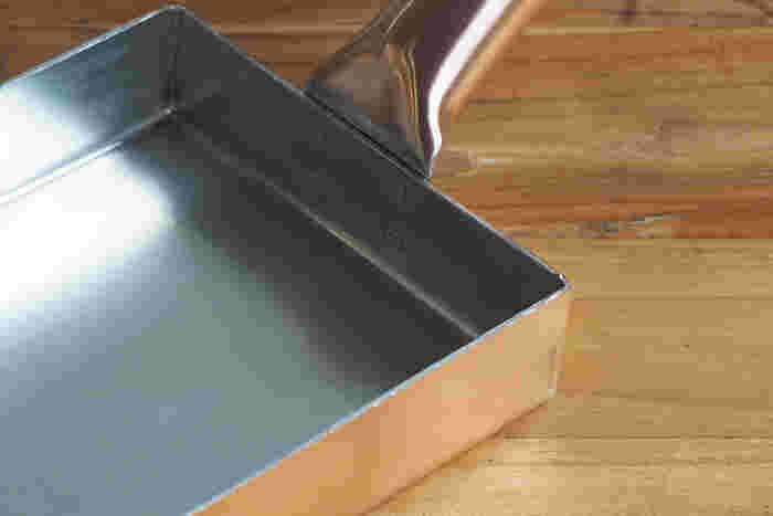 使い始めは、鉄製と同様に油ならしが必要です。何度か繰り返していくうちに、だんだん焦げ付きにくくなっていきます。使い終わった後は、すぐに洗うことがポイント。黒ずみや緑青の原因になります。目立つ汚れを取り除いた後、サッと水洗い。焦げ付いた場合は、お湯でやわらかくしてからスポンジでこするといいですよ。