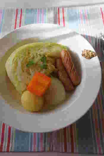寒い日の野菜スープと言えば、あったかポトフを思い浮かべる人が多いのではないでしょうか。 これほどごろごろ野菜が似合うスープも他にはありません。  マスタードの他に、マヨネーズにおろしニンニクを加えた簡単アイオリソースを添えるのもおすすめです。