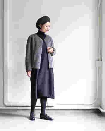 暗めのグレーノーカラーコートに、ダークトーンのワンピースを合わせたスタイル。足元や帽子までダークトーンでまとめているので、ナチュラルな中にシックさが入り混じっていて素敵な印象です。ノーカラーコートには、ベレー帽が良く似合いますね。
