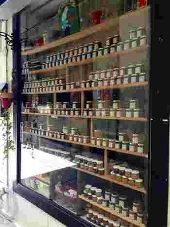 所狭しと並ぶジャムの小瓶たちは圧巻ですよ。  瀬戸内海名産の柑橘「せとか」「はるか」などをふんだんに使ったジャムや、「ごぼうジャム」などの変わり種ジャムも揃っていますよ。  小瓶で販売されているため、持ち帰りもあまりストレスはないはず。