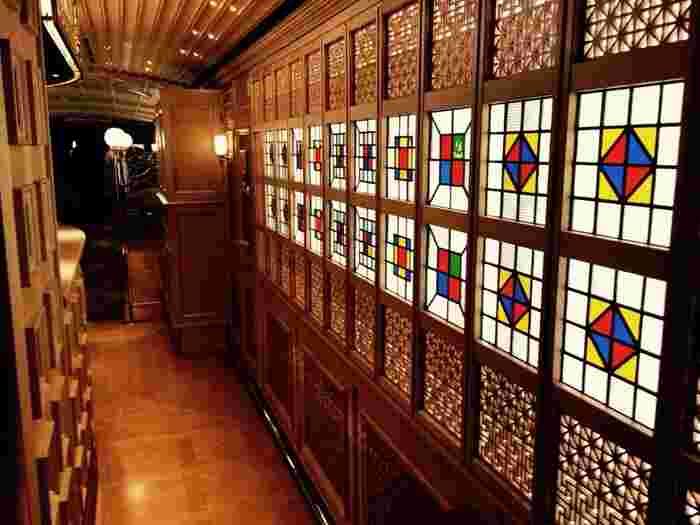 """キッチンの前にある和の""""大川組子""""と洋の""""ステンドグラス""""を組み合わせた装飾は、ただただ圧倒される美しさです。"""