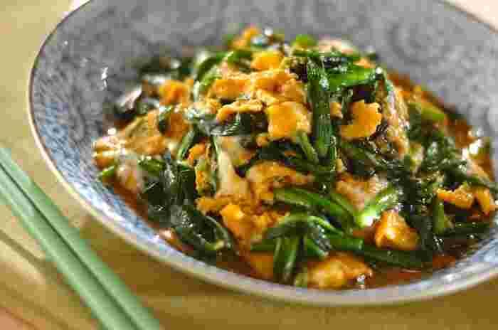 ド定番のニラ玉のレシピ。オイスターソースとしょうゆのシンプルな味付けで簡単に作れる一品です。
