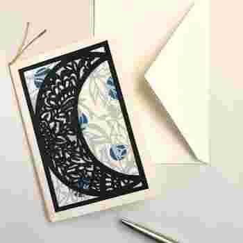 三日月モチーフの切り絵。お月様の中には、繊細なお花のようなデザインをあしらっています。三日月は物事の始まりを意味し、観ると幸運に恵まれるといわれているので、メッセージカードに添えるのも◎