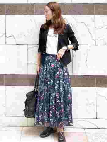 ぱっと目を惹く花柄スカートには、長すぎない丈感のコンパクトなジャケットを合わせてバランスよく仕上げましょう。ジャケットの袖を折り返してぬけ感を作ることで、黒でも重たく見えないコーデになりますね。