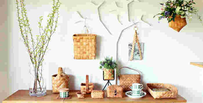 それでは、白樺かごの便利な活用アイディアをお伝えしていきます。壁面からリビング、キッチンに至るまで様々な場所で活躍してくれる「白樺かご」の活用方法とは?ぜひ参考にしてみてください。