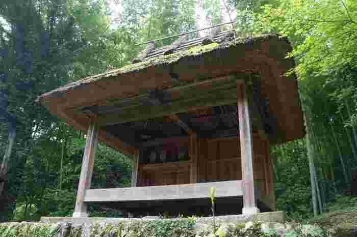 茶堂(ちゃどう)はもともとは、滅亡した領主の津野氏を供養するために領内の各地に建てられたもので、弘法大師像が祀られています。藩政時代には、旅人にお茶のおもてなしをする場所として使われるようになりました。  現在でも、梼原町内に13棟が残っており、太郎川公園の風早茶堂など、現在でもお茶のおもてなしをしているところもあります。