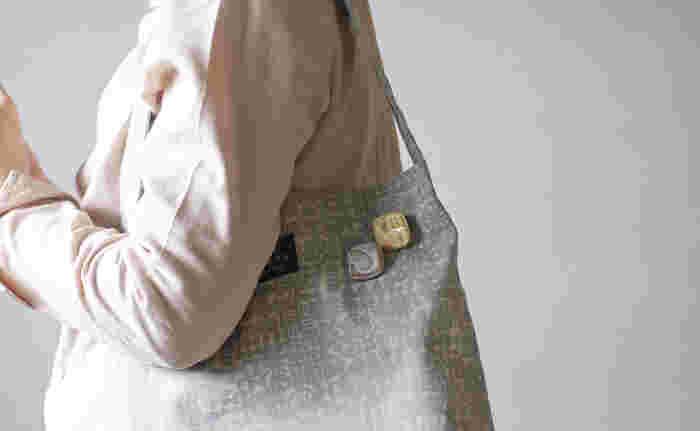 お気に入りのバッグに、かわいいブローチを重ね付け。バッグの色合いや素材感とのコンビネーションを楽しんだり、シンプルなバッグのアクセントに存在感あるブローチを付けたりと、いろいろ楽しんでみて。