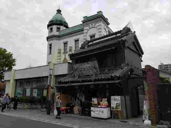 時の鐘のほど近くにある「さつま芋Cafe」は、明治時代創業の老舗和菓子店「くらづくり本舗」が手がけるカフェで、レンガ造りのアーチの向こうに入り口があります。