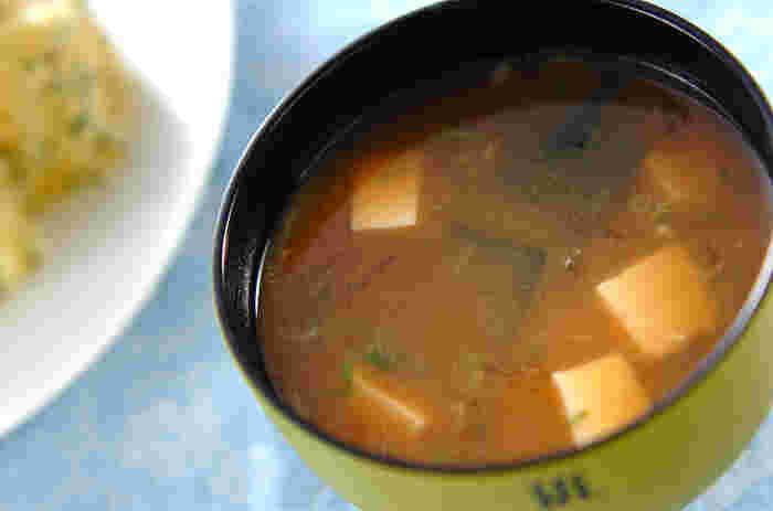 ご飯だけでなく、お味噌汁に寒天を入れてもおいしいです。こちらのわかめのお味噌汁には糸寒天が入っています。いつものスタンダードなお味噌汁がツルンといただきやすくなるでしょう。