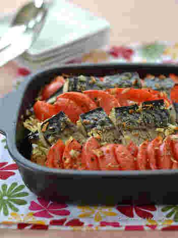 塩サバや生のトマトなどを耐熱皿に敷き詰め、ハーブを散らして焼き上げたオーブン料理。トマトの酸味とサバの青魚風味が、日本酒にも合います。