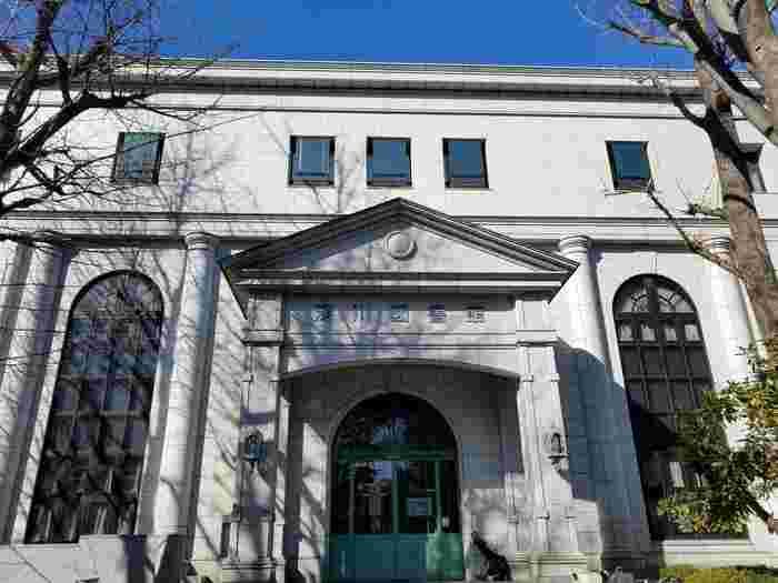 明治42年9月10日に設立された歴史ある深川図書館。外観も内装もレトロな雰囲気が素敵です。