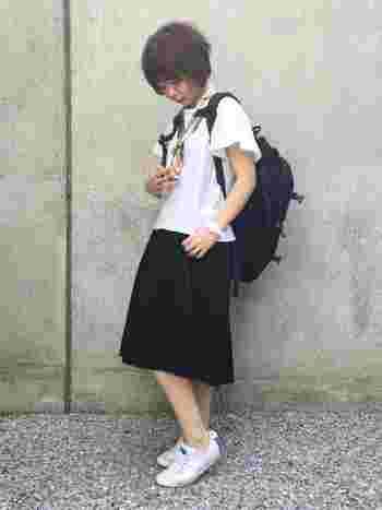 柄スカーフをモノトーンコーディネートのポイントに。服だけでなく、スカーフ以外の小物もモノトーンでまとめたシンプルなスタイル。