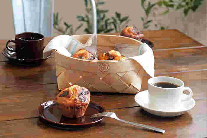 浅型のバスケットはテーブルウェアにもおすすめ。通気性があるので、焼きたてのお菓子を入れてもいいのだそう。【イヤマ】のロゴがかわいいアクセントになります。