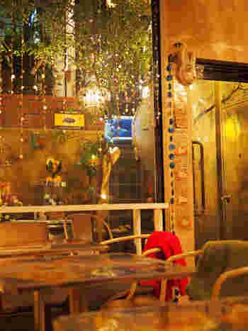 大きな窓にはキラキラ光るビーズが飾られています。キラキラを眺めながらゆったりとした時間を過ごしましょう。