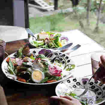 センタープレートに彩り豊かなサラダを盛って。  《Paratiisi》のパープルの柄と色味も、サラダに彩りを添えて。