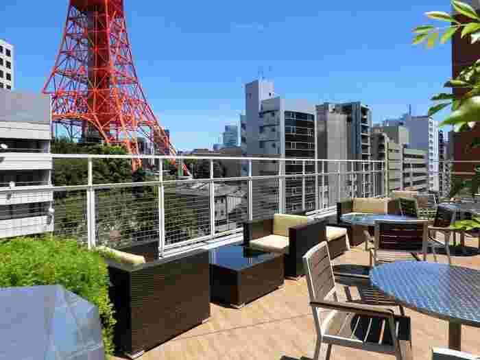東京タワーがすぐ隣に見えるビルにてお食事ができる開放感のあるカフェです。テラス席からは大きな東京タワーを眺めながら食事やティータイムを楽しめますよ。お店の半分がテラス席になっているため、天気の良い日にはぜひテラス席で過ごしてみてくださいね。