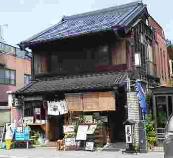 蔵造りの町並み沿いにある「甘味茶房 かすが」は、築120年の蔵を改装した趣のあるお店。菓子屋横丁から3分ほど歩いたところにあります。