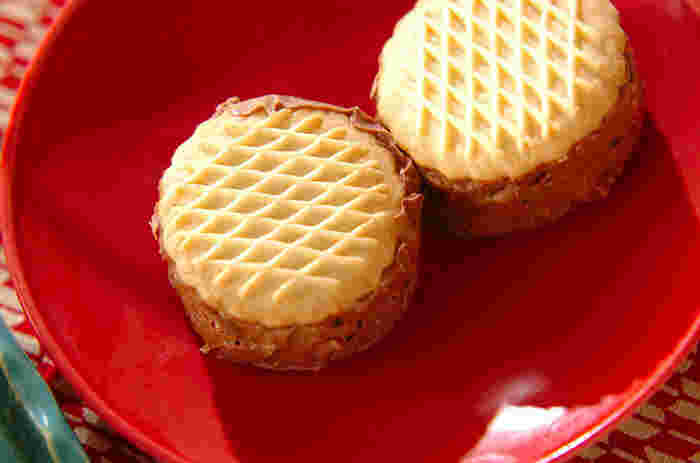 丸いビスケットを使ったシンプルなアイスクリームサンドは、見た目も味もスタンダードで失敗のないスイーツ。ビスケットからはみ出しそうなほど、たっぷりのアイスを挟みましょう♪スプーンを使って形を整えるとキレイに仕上がりますよ。