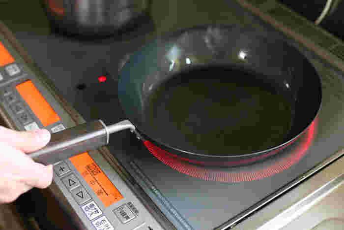 サビやすいという鉄の欠点を克服するために開発された「オキシナイト加工」が施されており、サビに強く油なじみが良いFD STYLEのフライパン。サビに強く、はじめの空焚き不要なので、お手入れがとてもしやすいという、実に嬉しい特徴があります。