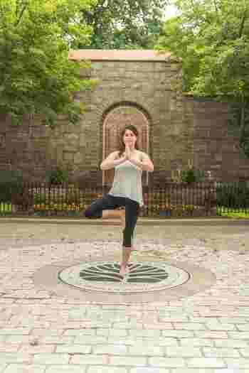 何歳からでも、もちろん大丈夫です! 50代以上でも多くの人がヨガを習慣にしています。体力が落ちて激しい運動ができなくても、ヨガなら心地いいと思える範囲で体を動かしていけます。むしろ40代になってからの体力づくり&プロポーション維持にはヨガが最適といえます。