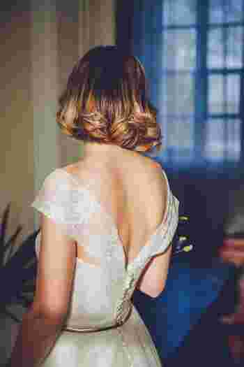 ディテールまで素敵なウェディングドレス。本番で着るのは勇気がいるという方は、ウェディングフォトでアンティーク風ドレスにチャレンジするのもおすすめです。