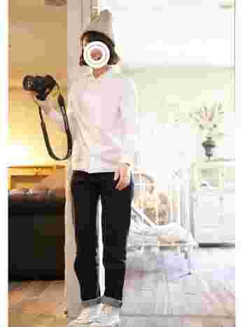 小さめの丸襟が女性らしい白シャツに、デニム、コンバースが爽やかなコーディネート。デニムは裾を巻いてバランスよくまとめると◎