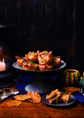サーモンとカボチャが出会った、濃厚で大人な贅沢パイ。白ワインとの相性が抜群ですよ!サーモンと相性抜群のディルを効かせて、彩りよく。