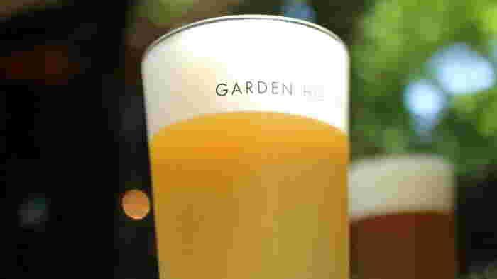 地ビールと名産品で昼飲み、というのも気ままな旅の醍醐味。クリーミーな泡とフルーティーな味が特徴の鎌倉ビールは、苦味が苦手な人にも飲みやすく女性にも人気。そんな地ビールのお供にぴったりの「鎌倉ソーセージのグリル」は、ジューシーで食べ応えも十分。しらす料理と合わせて、鎌倉ならではのグルメを堪能できますね。