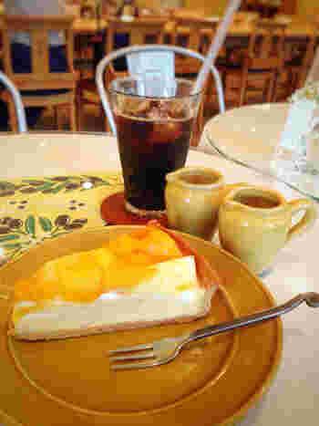 こちらは「タルト・オ・フリュイ・エスティバル」。マンゴーとパイナップルのタルトです。カフェ店舗なら、フードやドリンクも用意されていて、食後のデザートとしてタルトを楽しむことができますよ。